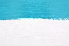 Нашивка краски teal над белой деревянной предпосылкой Стоковое Изображение