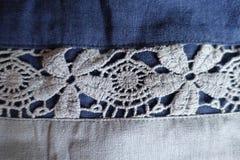 Нашивка кружевных цветков на голубой ткани горизонтальной Стоковое Изображение RF