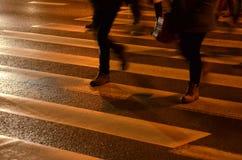 Нашивки людей пересекая на дороге Стоковые Изображения