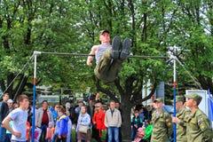 Наёмник солдата уносит тренировку на турнике Стоковая Фотография RF