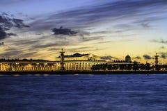 На банках реки Neva в Санкт-Петербурге России на заходе солнца Стоковая Фотография RF