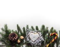 На белой предпосылке на елевых ветвях лежа на Christma Стоковые Изображения RF