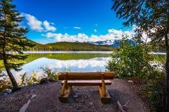 На береге озера - деревянных скамей Стоковые Фотографии RF