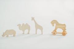 На белых деревянных игрушках Стоковое Фото