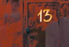 13 на двери красного металла запертой Стоковые Изображения