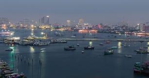 На взгляде ночи пляжа города Паттайя на точке зрения Pratumnak, Таиланд Стоковые Изображения