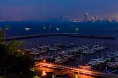 На взгляде ночи пляжа города Паттайя на точке зрения Pratumnak, Таиланд Стоковые Изображения RF