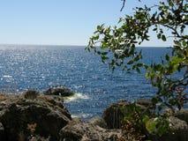 над взглядом берега моря стоковое фото