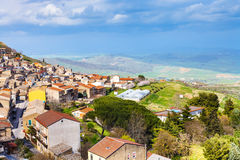 Над взглядом городка Aidone в Сицилии весной Стоковое Изображение RF