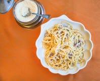 Над взглядом carbonara alla спагетти на плите Стоковые Фотографии RF
