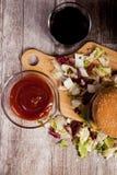 Над взгляд сверху очень вкусного домашнего сделанного бургера на деревянной плите Стоковые Фотографии RF
