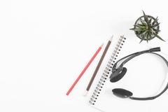 Над взгляд сверху тетради, карандаш на белой предпосылке стола Стоковые Фотографии RF