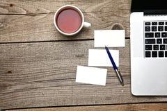 На винтажном чае таблицы, компьтер-книжка и визитные карточки Стоковое Изображение