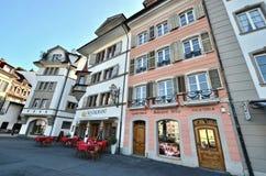 На воздухе обедать в швейцарском поселке Люцерна стоковые изображения rf