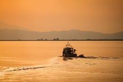 над водой захода солнца стоковое фото rf