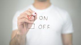 На, выбирающ тиканием, сочинительство человека на прозрачном экране Стоковое фото RF