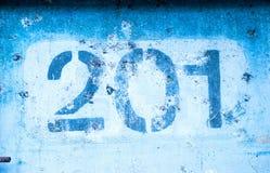 2 0 1 на голубой стене, 200 и одно Стоковое фото RF