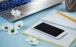 На голубом карандаше тетради предпосылки, правителе и белых цветках Стоковое фото RF