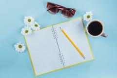 На голубом карандаше тетради предпосылки, правителе и белых цветках Стоковая Фотография