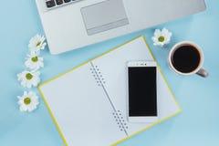 На голубом карандаше тетради предпосылки, правителе и белых цветках Стоковое Изображение