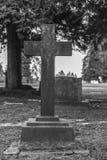 Надгробная плита и могилы в ландшафте погоста, черно-белом Стоковое Изображение RF