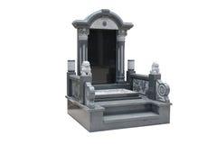 Надгробная плита уравновесила с каменными львами на белой предпосылке стоковое фото