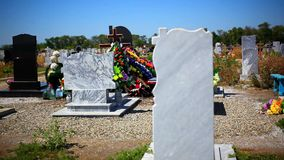 Надгробные камни в национальном кладбище с фокусом изменения сток-видео