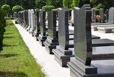 Надгробные плиты в кладбище стоковые фотографии rf