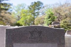 Надгробный камень в еврейском кладбище с звездой Дэвида и камня памяти стоковое фото
