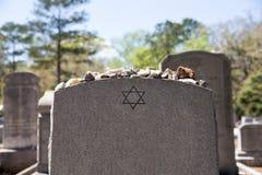 Надгробный камень в еврейском кладбище с звездой Дэвида и камня памяти стоковые изображения rf