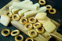 На деревянной доске бейгл, waffles и печенья стоковые изображения rf