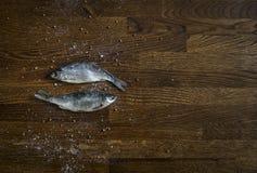 На деревянной предпосылке малого темного коричневого цвета диски объезжают пар приправой перца соли моря проложенных кориандром 2 Стоковое Фото