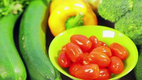 На деревянном столе свежие овощи цукини, брокколи, салат, авокадо, огурцы, перец и перец chili, томаты вишни акции видеоматериалы
