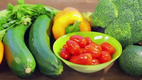 На деревянном столе свежие овощи цукини, брокколи, салат, авокадо, огурцы, перец и перец chili акции видеоматериалы