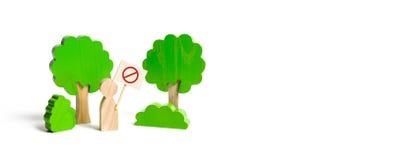 На диаграмму человека с плакатом показано протест в заповедниках леса, попечителя окружающей среды консервация стоковое изображение rf