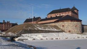 На древней крепости Hameenlinna, солнечный день в марте Финляндия видеоматериал