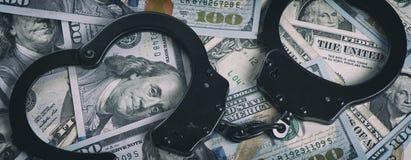 надевает наручники деньги доллары предпосылки изолировали нас белые Стоковая Фотография