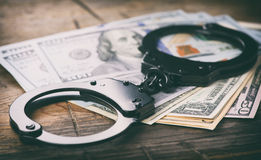 надевает наручники деньги Уголовная концепция Стоковая Фотография