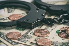 надевает наручники деньги Стоковое Изображение
