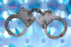 Надевает наручники концепция пиратства интернета Стоковые Изображения RF