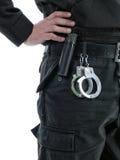 надевает наручники полицейский Стоковое Изображение