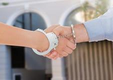 Надеванные наручники бизнесмены тряся руки Стоковая Фотография
