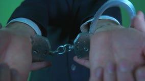 Надеванный наручники офицер видеоматериал