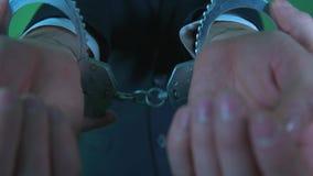 Надеванный наручники офицер акции видеоматериалы
