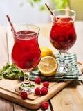 На деревянных досках 2 морозят стекла с коктеилем красной поленики Стоковое Фото