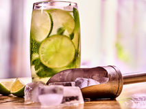 На деревянных досках стеклянный с льдом mohito и ветроуловителя Стоковая Фотография
