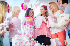 Надеяться мать с настоящими моментами на партии детского душа Стоковая Фотография