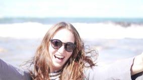 На женщине в солнечных очках на море Сторона конца-вверх акции видеоматериалы