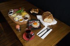 На завтраке, поднос сыра томата огурца прованский стоковая фотография