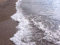 на заднем плане больший прибой волны пляжа океана на береге с ясной морской водой стоковая фотография rf